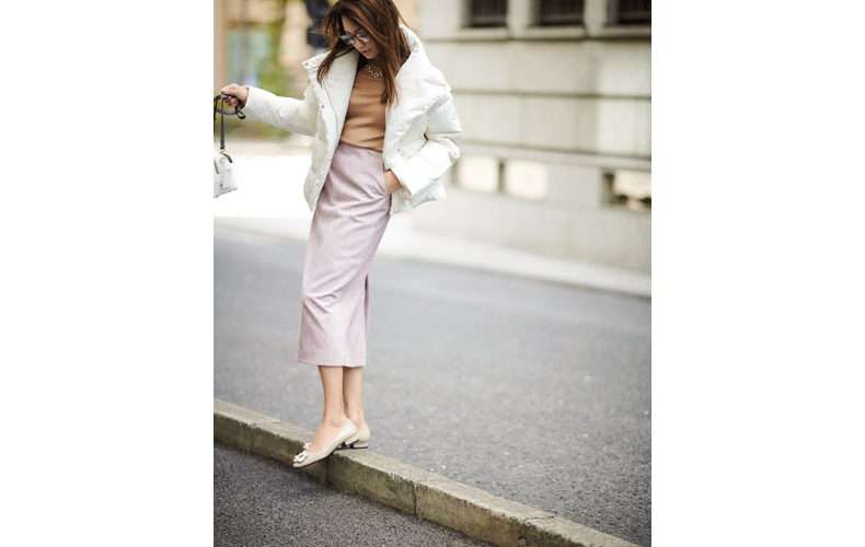 【1】アイボリーショートダウンコート×ピンクタイトスカート×ベージュニット