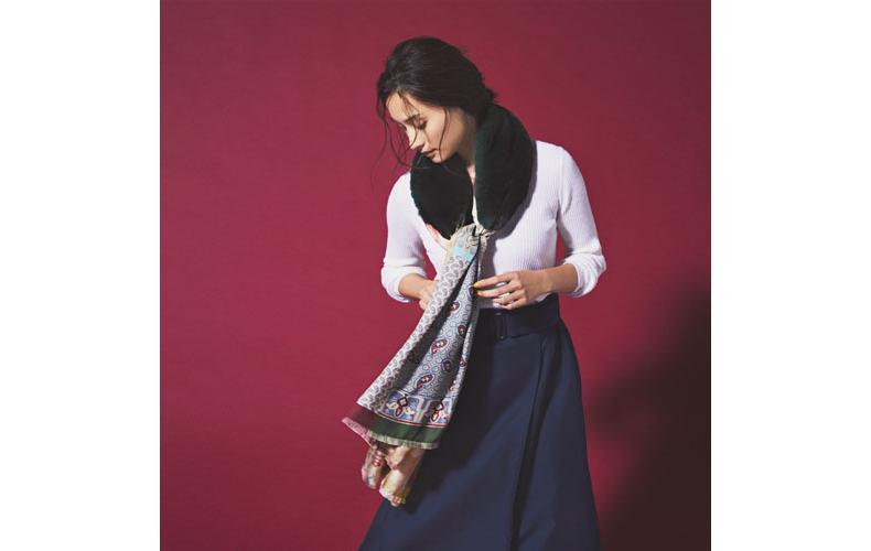 【1】白ニット×ファー&スカーフ×ネイビースカート