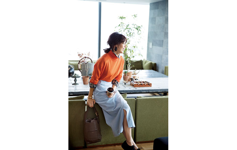 【3】オレンジニット×水色コーデュロイタイトスカート×チェックシャツ