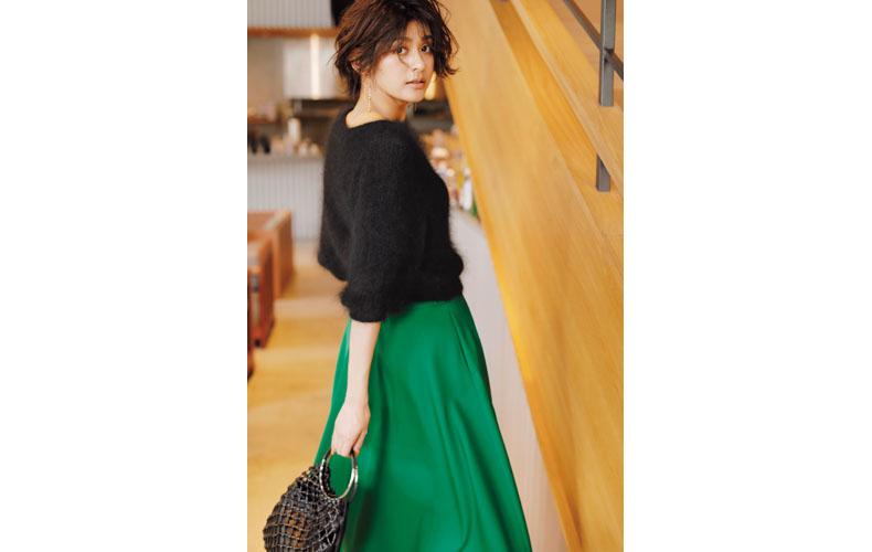 【1】緑フレアスカート×黒ニット