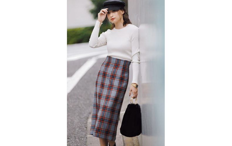 【1】白ニット×チェックロングスカート