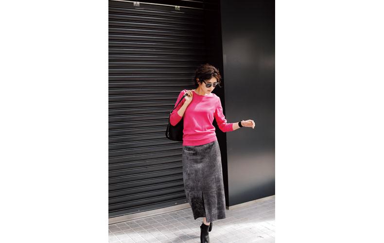 【1】ピンクニット×黒ロングスカート
