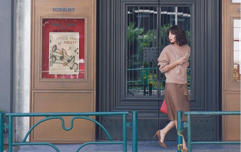 【6】ベージュニット×キャメルタイトスカート×茶色パンプス