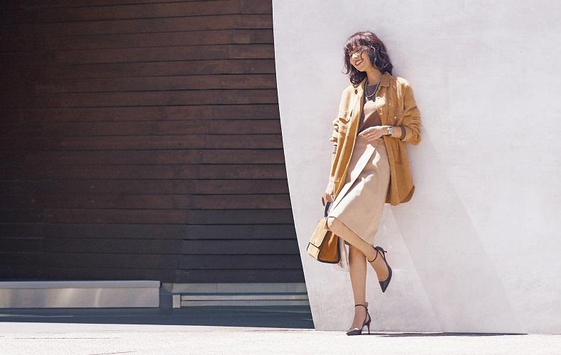 【5】スエードシャツ×ブラウンニット×ベージュラップスカート