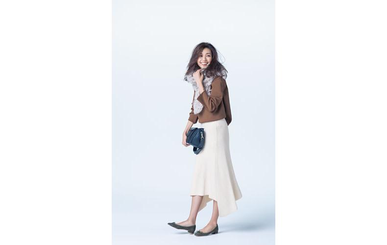 【1】茶色リブニット×白フレアニットスカート