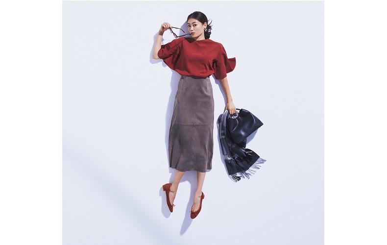 【9】赤ブラウス×ロングタイトスカート×茶色パンプス