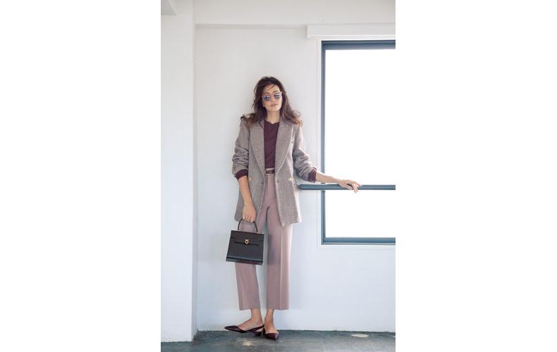 【5】ベージュジャケット×スモーキーピンクパンツ×赤茶クルーネックセーター