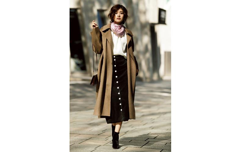 【2】茶色ロングコート×黒タイトスカート×白ブラウス