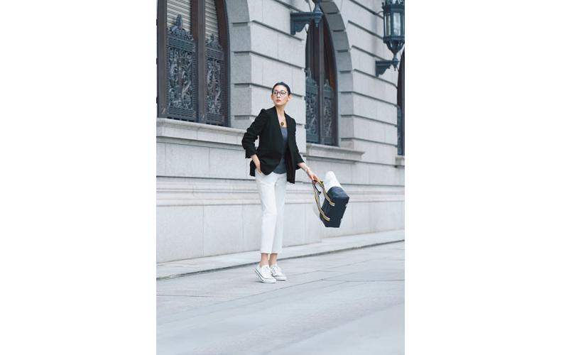 【1】黒ジャケット×グレーニット×白パンツ×白コンバースローカットスニーカー