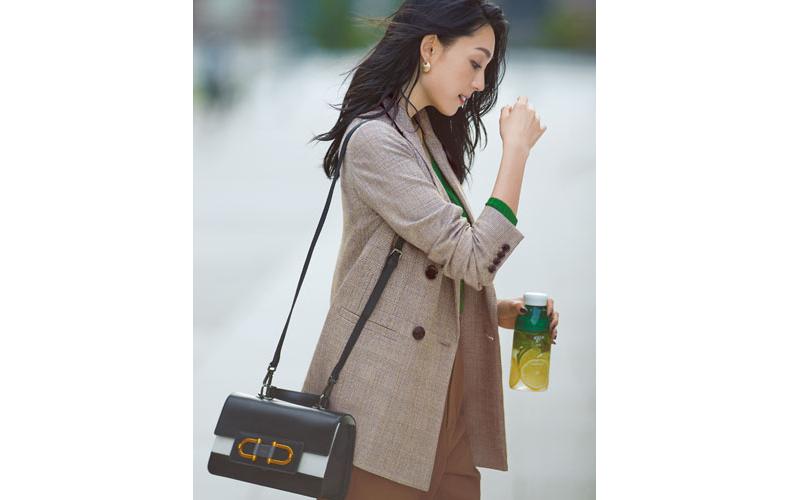 【1】緑カーディガン×茶色パンツ×チェックジャケット