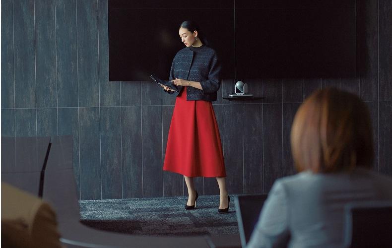 【1】黒ニット×赤フレアスカート×ネイビーノーカラージャケット