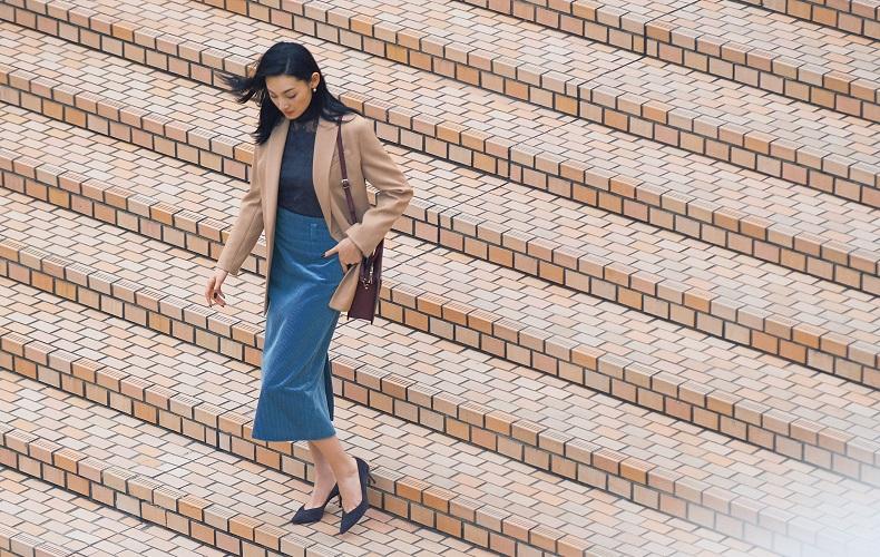 【2】ベージュジャケット×黒ブラウス×青コーデュロイタイトスカート