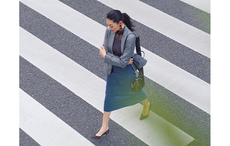 【3】グレージャケット×黒ブラウス×ブルータイトスカート