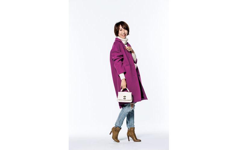 【1】白ニット×デニムパンツ×紫コート