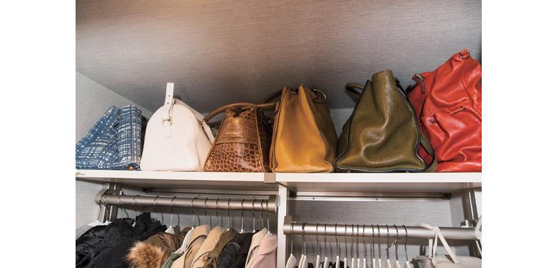 バッグは袋から出して棚の上段に並べる