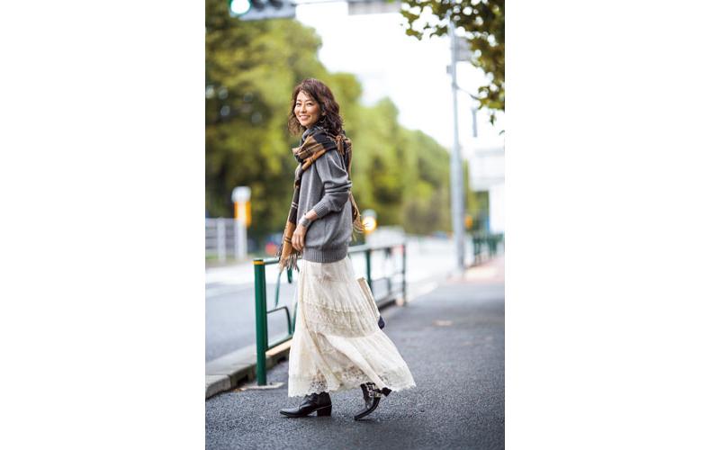 【6】グレーニット×白レーススカート