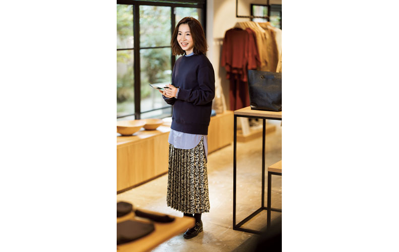 【3】ネイビースエット×水色シャツ×黒花柄ロングスカート