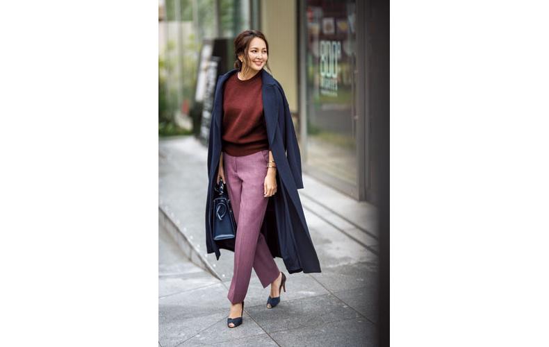 【3】紺コート×赤茶ニット×紫パンツ