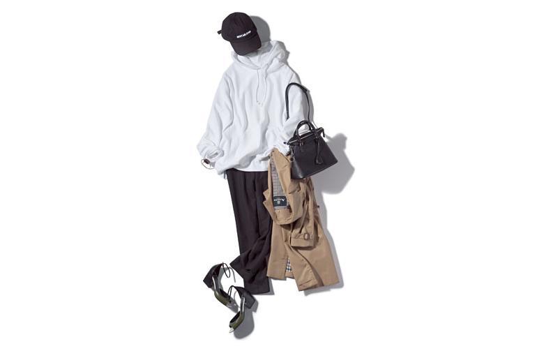 【6】黒パンツ×白パーカー×ベージュトレンチコート