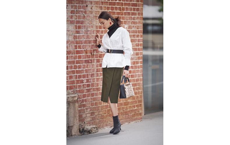 【8】白ブラウス×カーキスカート×黒タートルネックセーター
