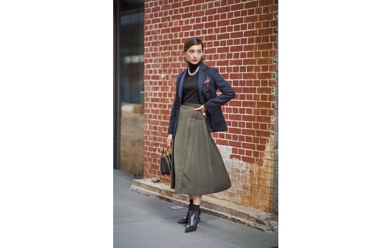 【6】ネイビージャケット×カーキスカート×黒タートルネックセーター