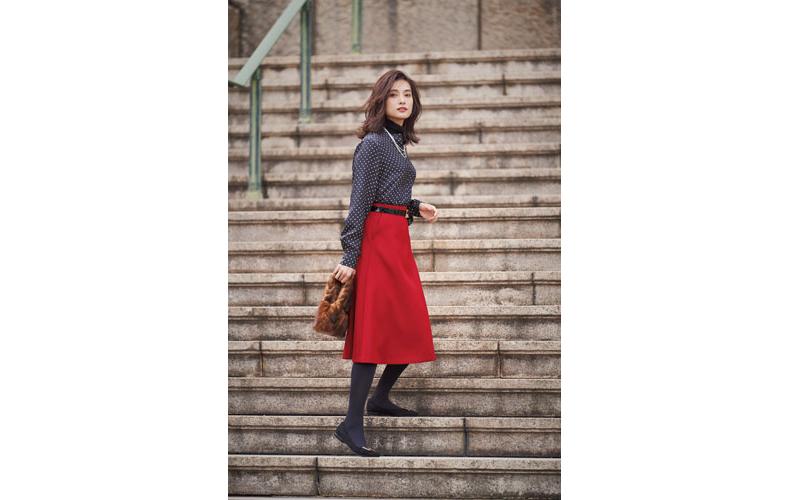 【2】ドットブラウス×赤フレアスカート