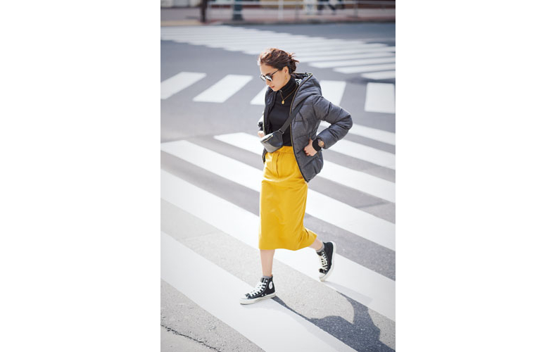 【5】グレーダウンジャケット×イエロースカート×黒タートルネックセーター