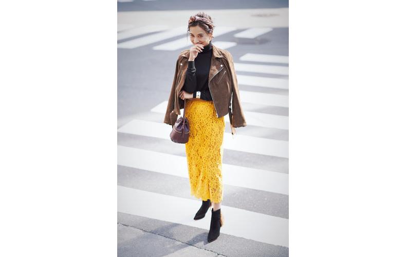 【4】ブラウンジャケット×イエローレーススカート×黒タートルネックセーター