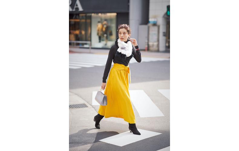 【8】黒ニット×イエローロングスカート×黒ショートブーツ