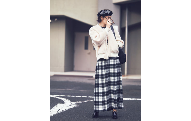 【12】白ブルゾン×チェック柄スカート×黒キャスケット