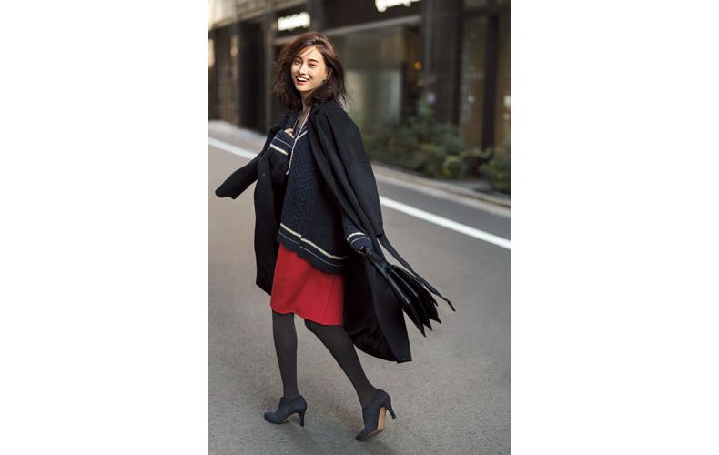 【4】ネイビーニット×赤スカート×黒コート