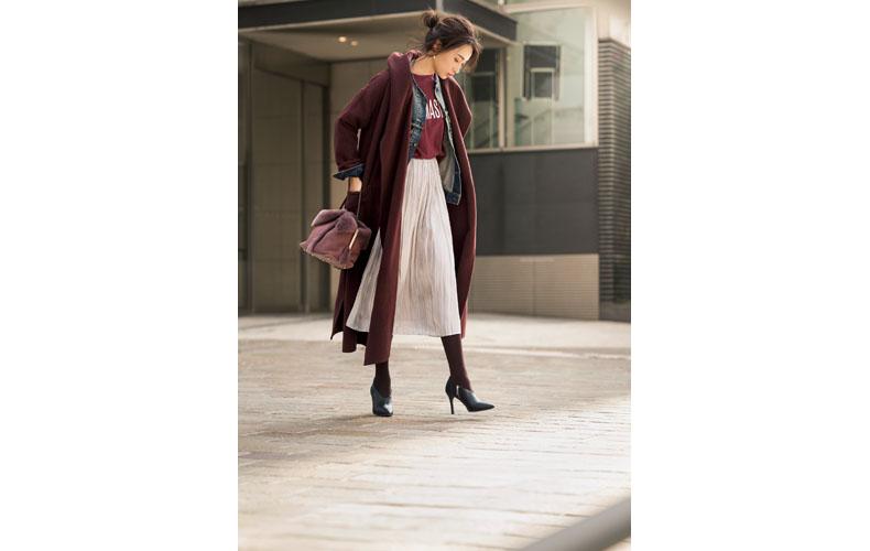 【1】ボルドー色コート×デニムジャケット×ベージュスカート