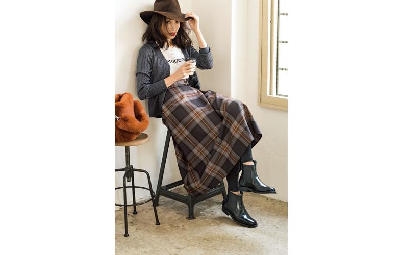 【5】ブラウンハット×グレーカーディガン×チェック柄ロングスカート