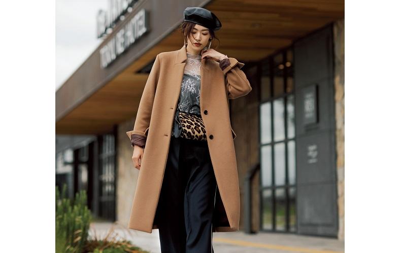 【1】キャメル色コート×白ブラウス×黒パンツ×黒ベレー帽