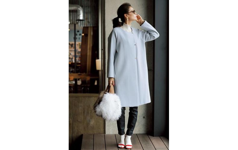 【4】水色コート×スキニーデニムパンツ×白タートルネックセーター