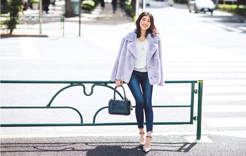 【3】ファーコート×デニムパンツ×Vネック白セーター