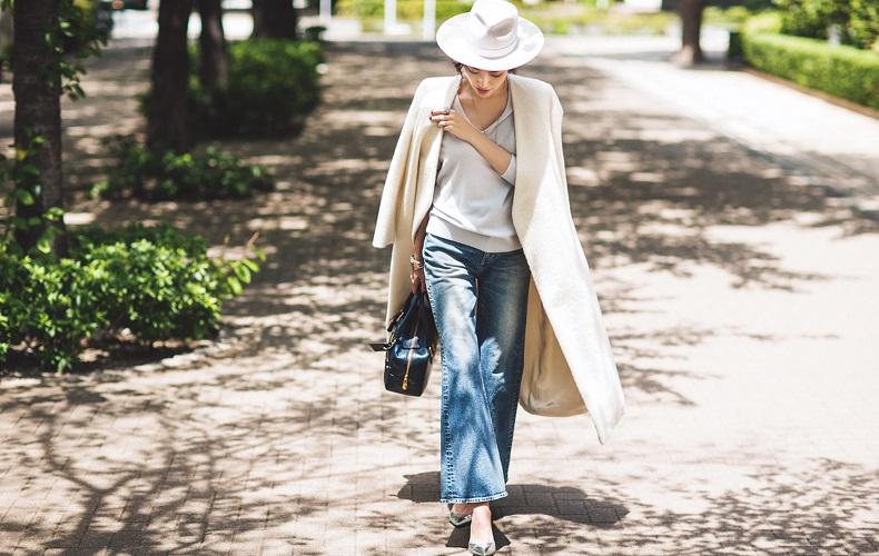 【2】ハット×白コート×デニムパンツ×Vネック白セーター