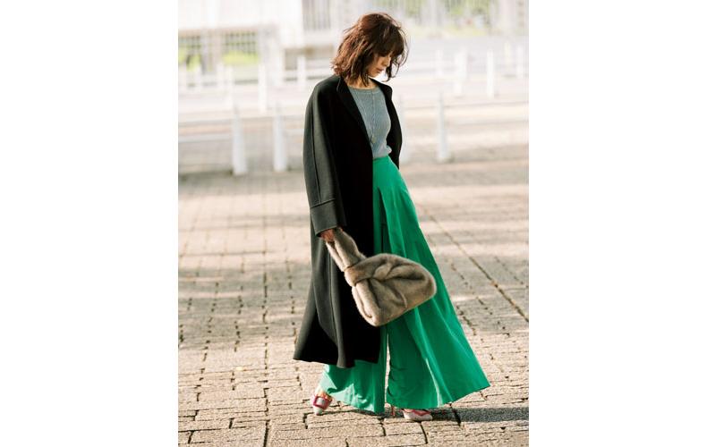 【1】グレーニット×緑ワイドパンツ×黒ロングコート
