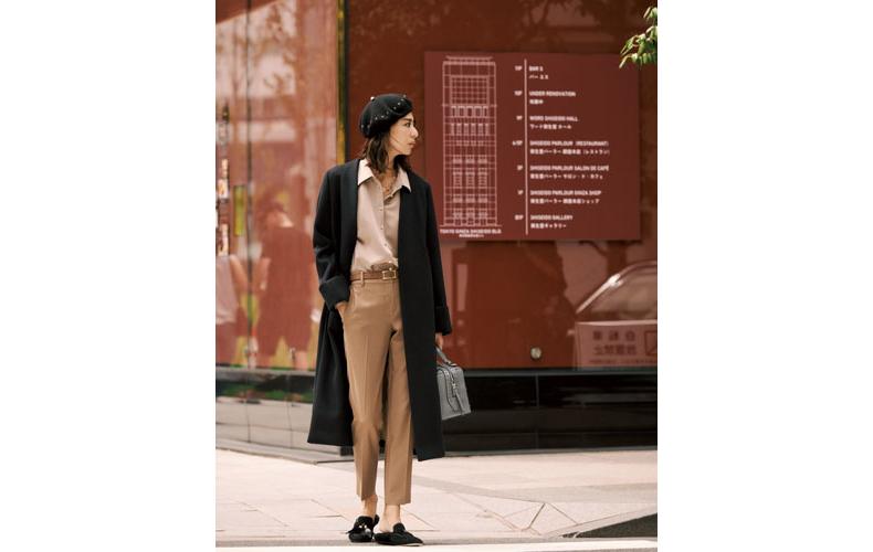 【2】ベージュシャツ×キャメルパンツ×黒コート