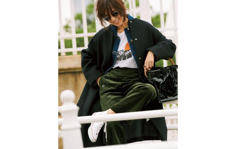 【1】黒コート×白Tシャツ×カーキワイドパンツ×スニーカー
