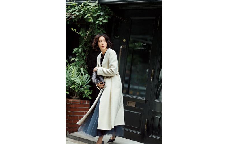 【3】黒ニット×青プリーツスカート×白ロングコート