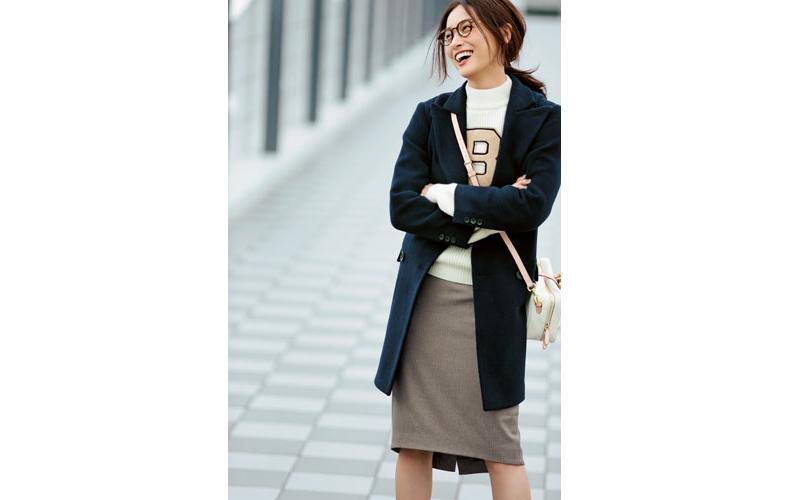【2】白ニット×ネイビーコート×ベージュタイトスカート