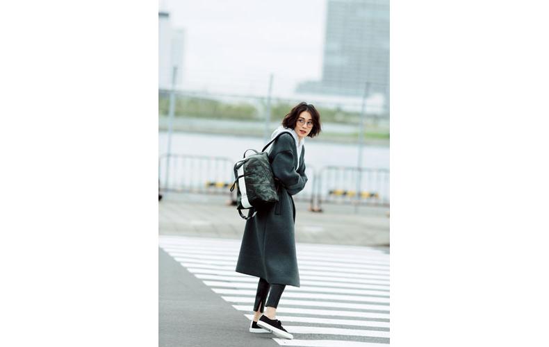 【8】黒パンツ×白パーカー×グレーコート