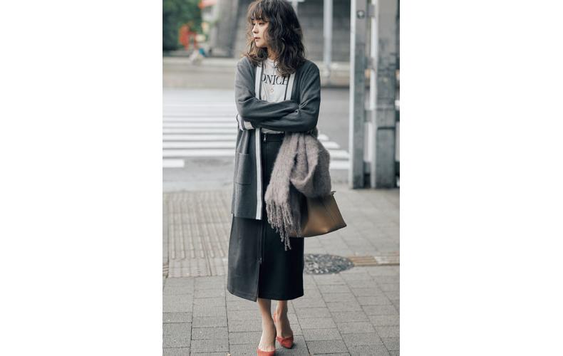 【8】グレーカーディガン×白カットソー×黒ロングスカート