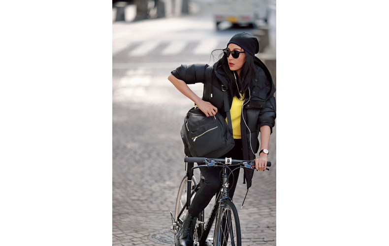 【3】黄色ニット×黒パンツ×黒ダウンコート