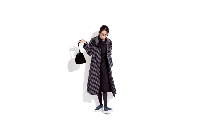 【1】チェックコート×黒ニット×黒スカート×スニーカー