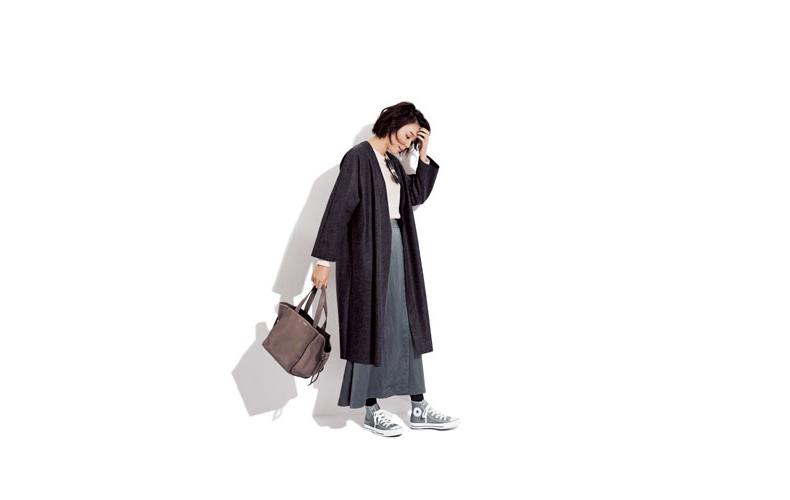 【6】黒コート×グレーロングスカート×グレースニーカー