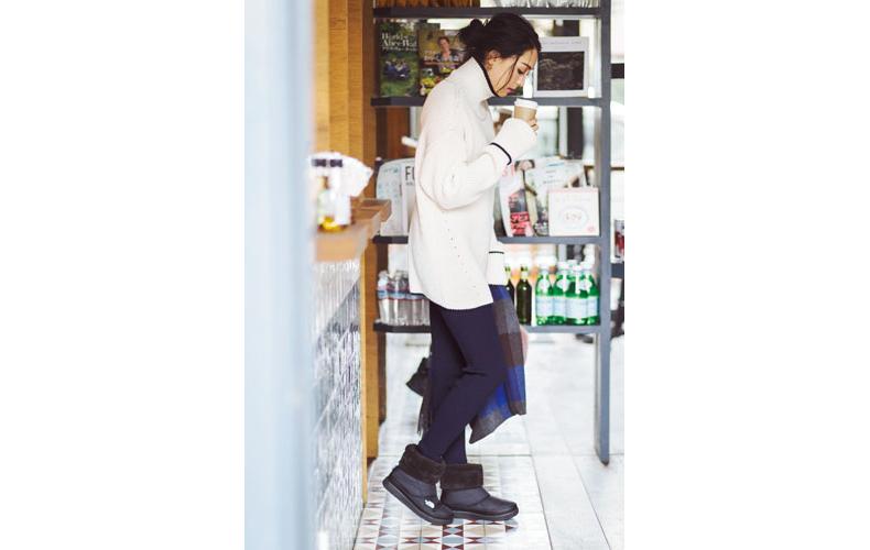 【7】黒パンツ×白タートルネックセーター