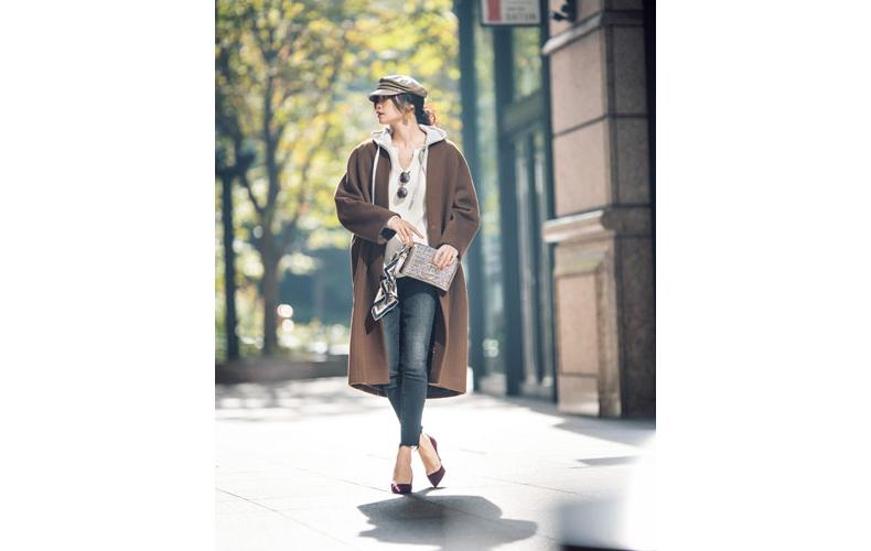 【5】白カットソー×デニムパンツ×茶色ロングコート