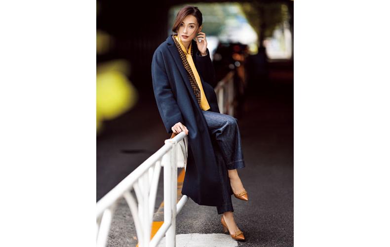 【4】黄色ブラウス×青ワイドパンツ×ネイビーコート